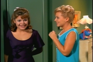 Cissy gets to wear my favorite of her dresses in this episode. Poor Gail gets an ugly, shapeless thing.